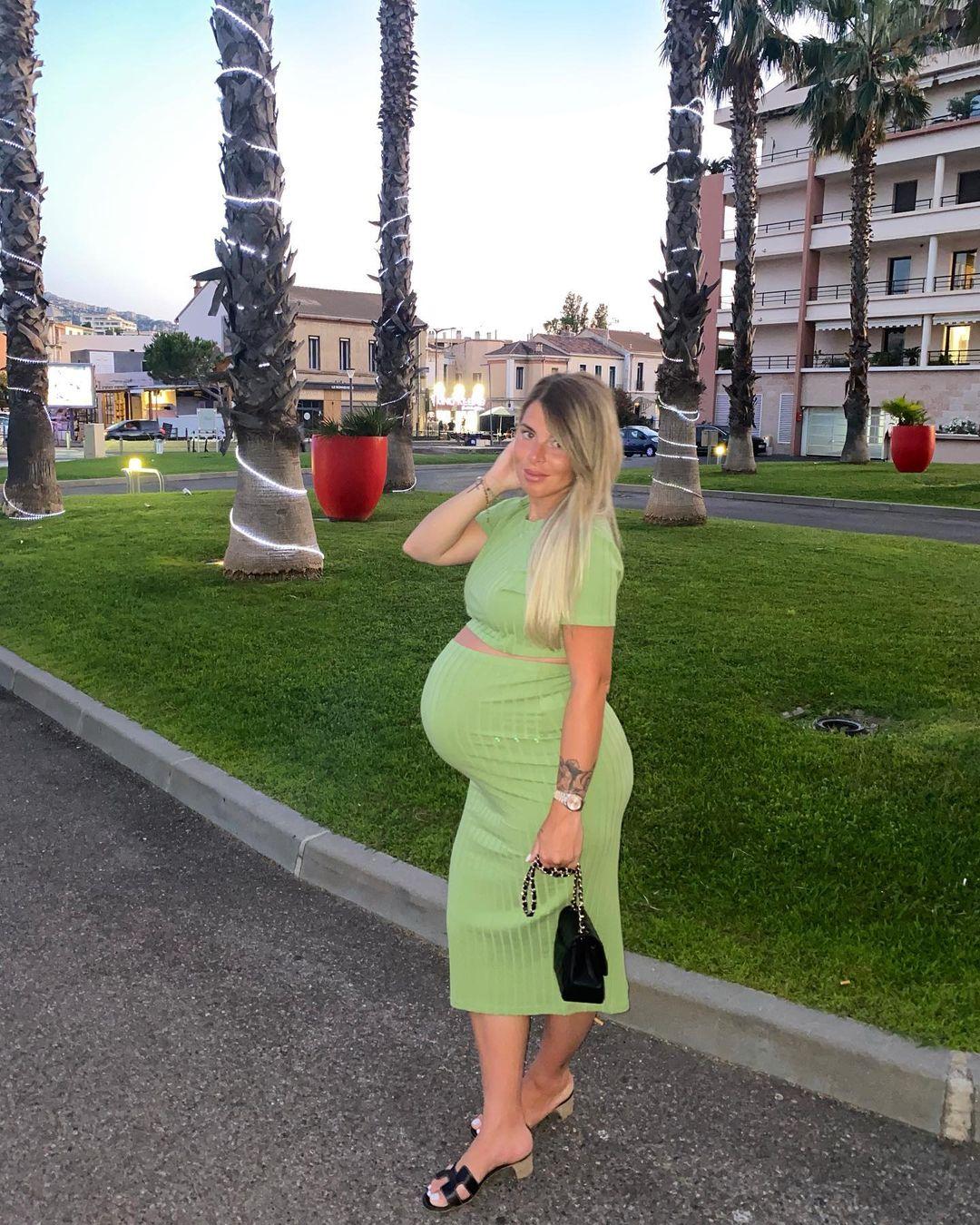 Model Emy Fiorelli Very Close to 1 Million Followers 1