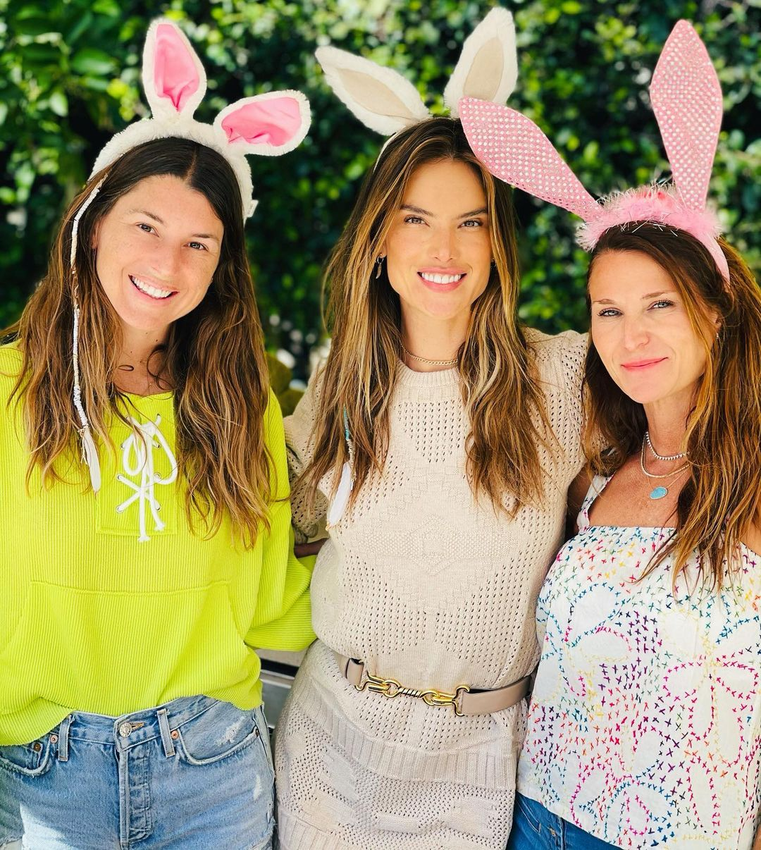 Alessandra Ambrosio gave a sexy kiss to her boyfriend at Easter celebrations 2