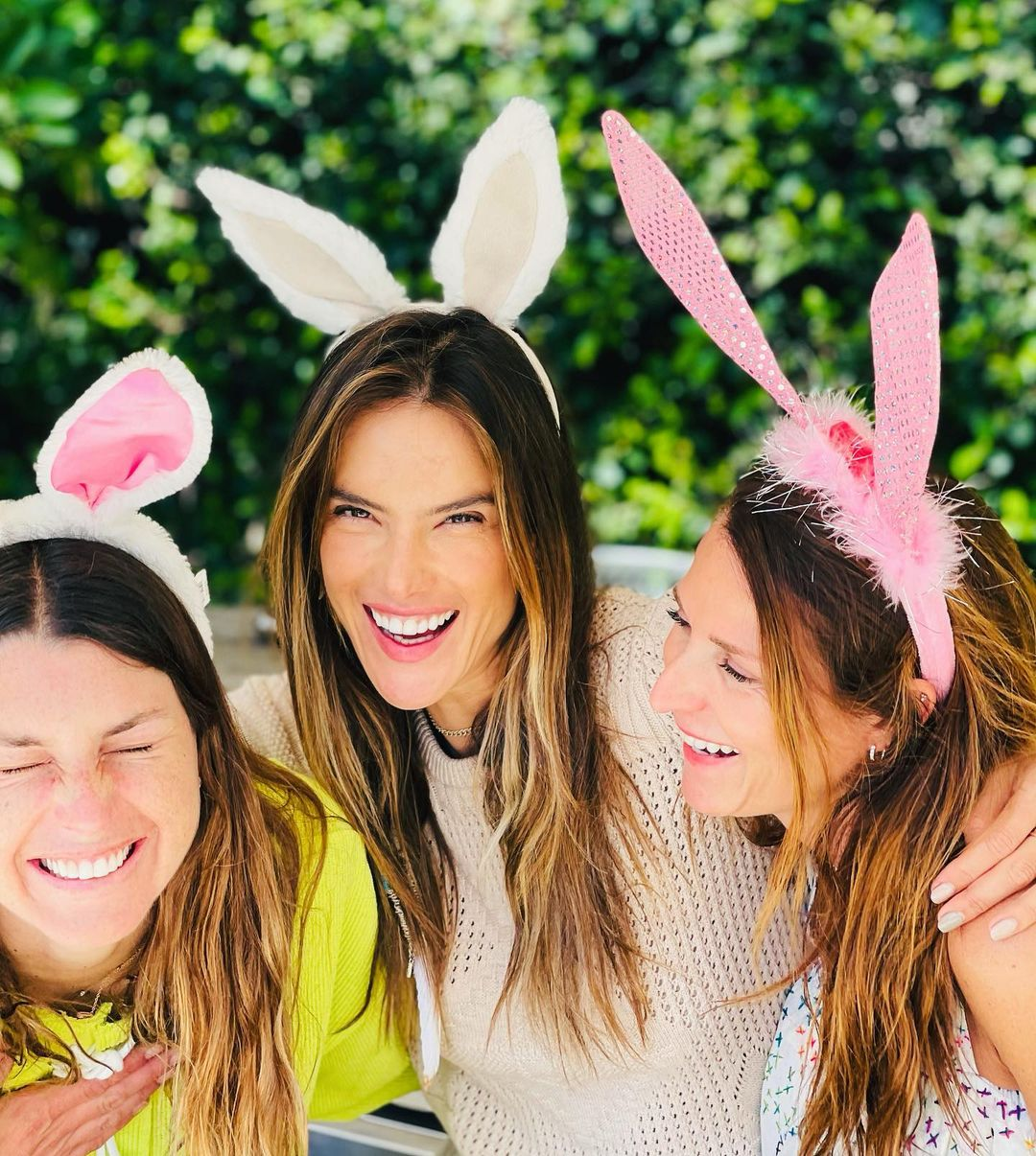 Alessandra Ambrosio gave a sexy kiss to her boyfriend at Easter celebrations 4