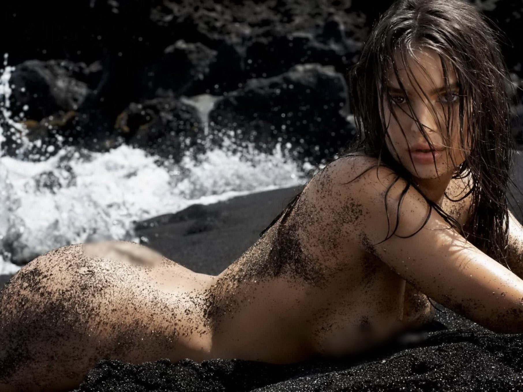Photos of the popular American model Emily Ratajkowski with her nude work 9