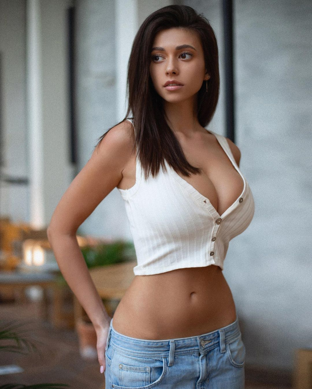 Model Cristy Ren highlights her beauty with her white outfit 1