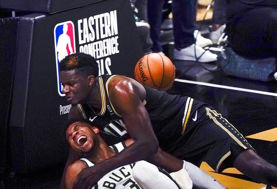 Frightening event in the NBA Giannis Antetokounmpo injured 2