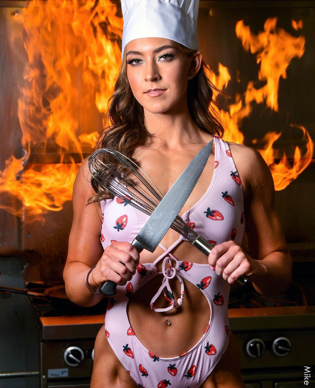 Photo of model Ava Harren in a bikini while cooking is worth seeing 3