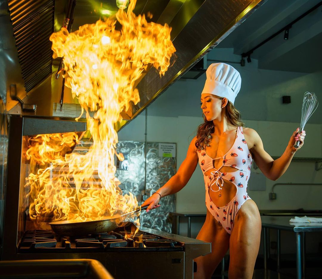 Photo of model Ava Harren in a bikini while cooking is worth seeing 5