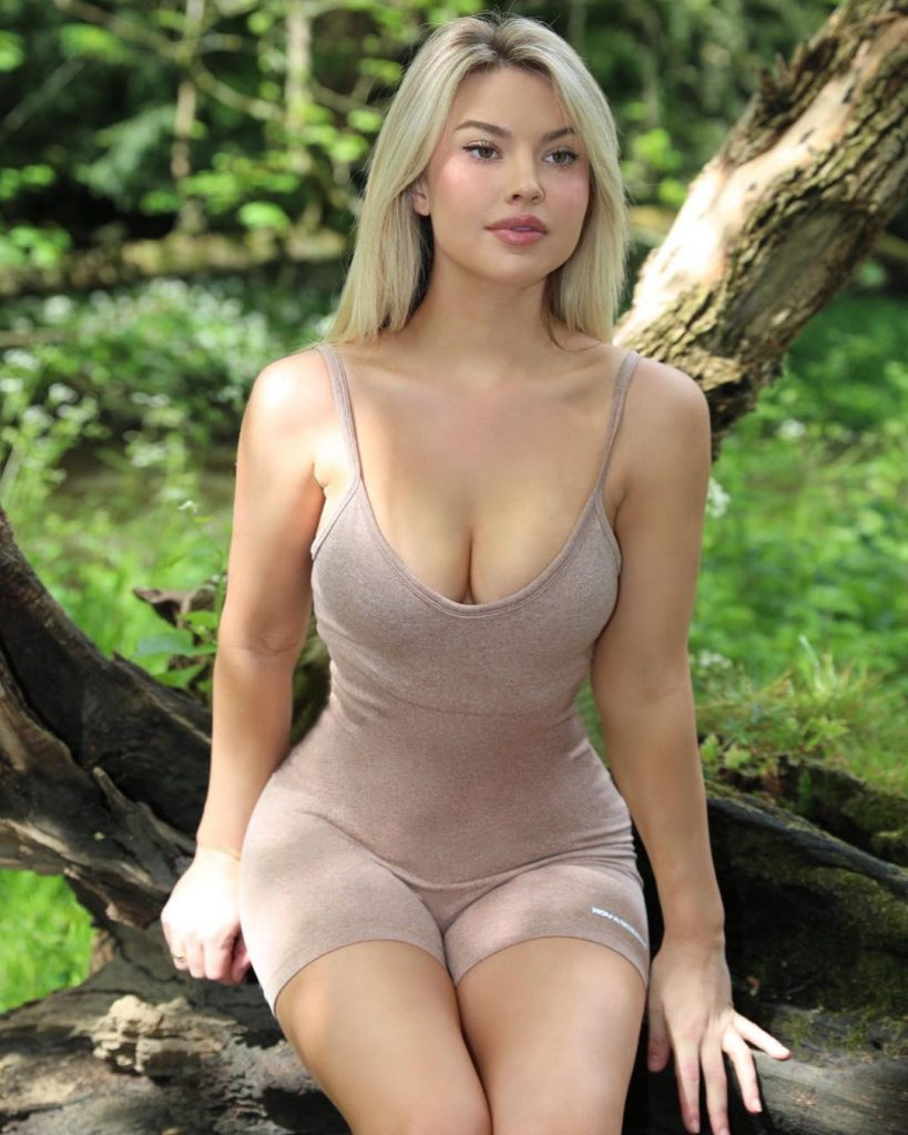 Sweetest Photos of Both Golf Player and Model Lucy Robson 12 10