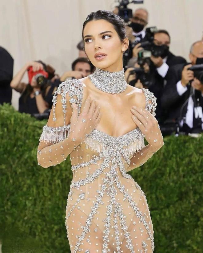 Hip Detail of Kendall Jenners Dress at MET Gala 6