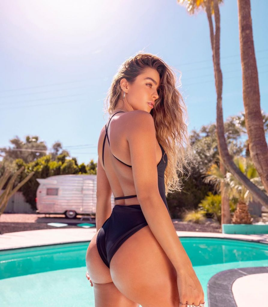 The 5 Best Poses to Shake Instagram by Sommer Ray 5